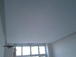 шпаклеваный потолок
