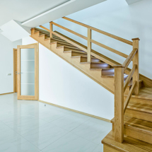 деревянная лестница в таунхаусе