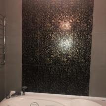 плитка в ванной с золотым оттенком