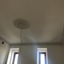 потолок с гипсовыми плинтусами