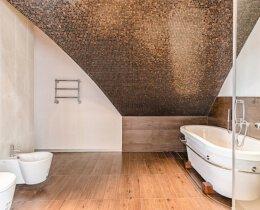 мозайка на стене в ванной комнате