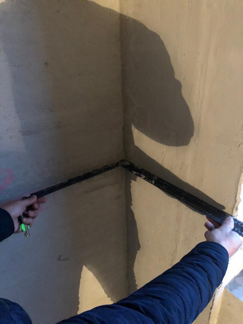 проверка ровности углов при штукатурке стен